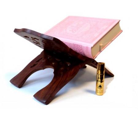 """Pack / Coffret Cadeau pour femmes constitué d'un Coran couverture daim de luxe (rose pale) + joli porte Coran en bois sculpté et décoré + Parfum Musc d'Or de luxe """"Amira"""" (8 ml)"""