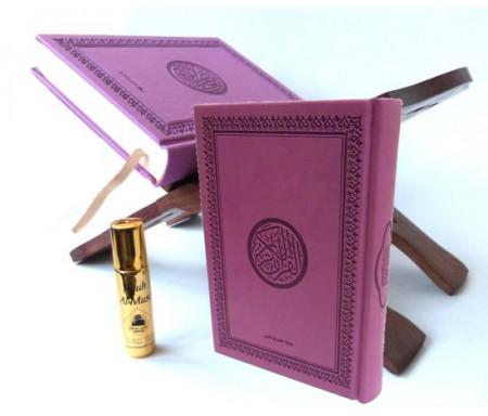 """Pack Cadeau constitué d'un Coran arabe couverture daim de luxe (mauve) + Porte Coran en bois sculpté et décoré + Parfum Musc d'Or de luxe """"Rouh Al-Musc"""" (8 ml)"""