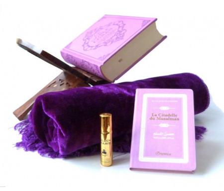 Pack cadeau mauve : Le Noble Coran (bilingue français/arabe) + La Citadelle du Musulman + Porte Coran + Tapis de prière en velours + Parfum Musc d'Or Luxe (au choix)