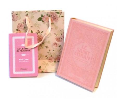 Pack cadeau pour femmes : Le Saint Coran couverture daim de luxe + La Citadelle du Musulman assortie (couleur rose claire assortie et en arabe-français-phonétique) + Sac Cadeau rose brillant