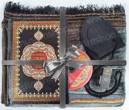 Coffret Pack Cadeau Gris foncé pour Homme : Tapis épais molletonné Gris foncé / Chapelet Tasbih Noir / Coran arabe-français avec couverture cuir format moyen Noir et doré + CD audio de récitation / Parfum / Chachia et Miswak