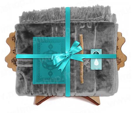 Coffret Pack Cadeau Bleu et Gris pour Homme ou Femme : Tapis épais molletonné Gris / Coran arabe-français avec phonétique avec couverture cuir Bleu clair / Parfum / Miswak et Porte Coran