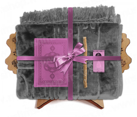 Coffret Pack Cadeau Gris et Mauve pour Femme : Tapis épais molletonné Gris / Coran arabe-français avec phonétique avec couverture cuir Mauve / Parfum / Miswak et Porte Coran