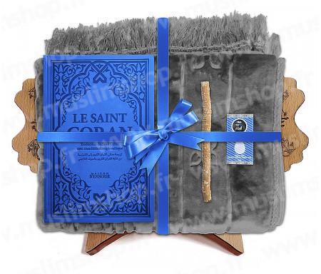 Coffret Pack Cadeau pour Homme : Tapis épais molletonné Gris / Coran Rainbow arabe-français avec phonétique et couverture cuir Bleu / Parfum / Miswak et Porte Coran