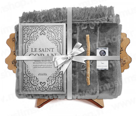 Coffret Pack Cadeau Gris mixte : Tapis épais molletonné Gris / Coran Rainbow arabe-français avec phonétique avec couverture cuir Argenté / Parfum / Miswak et Porte Coran