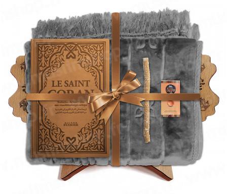 Coffret Pack Cadeau Mixte : Tapis épais molletonné Gris / Coran Rainbow arabe-français avec phonétique et couverture cuir Marron / Parfum / Miswak et Porte Coran