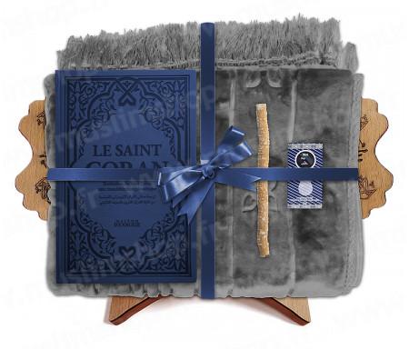 Coffret Pack Cadeau Mixte : Tapis épais molletonné Gris / Coran Rainbow arabe-français avec phonétique et couverture cuir Bleu foncé / Parfum / Miswak et Porte Coran