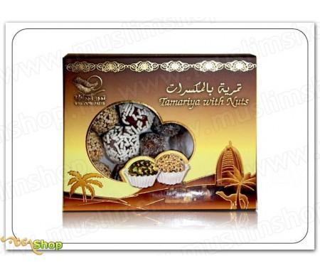 Assortiment de pâtes de dattes au chocolat, noix de coco et amande dans une jolie boite dorée
